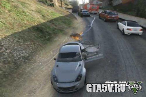 Огонь из выхлопной трубы авто может воспламенить дорожку бензина